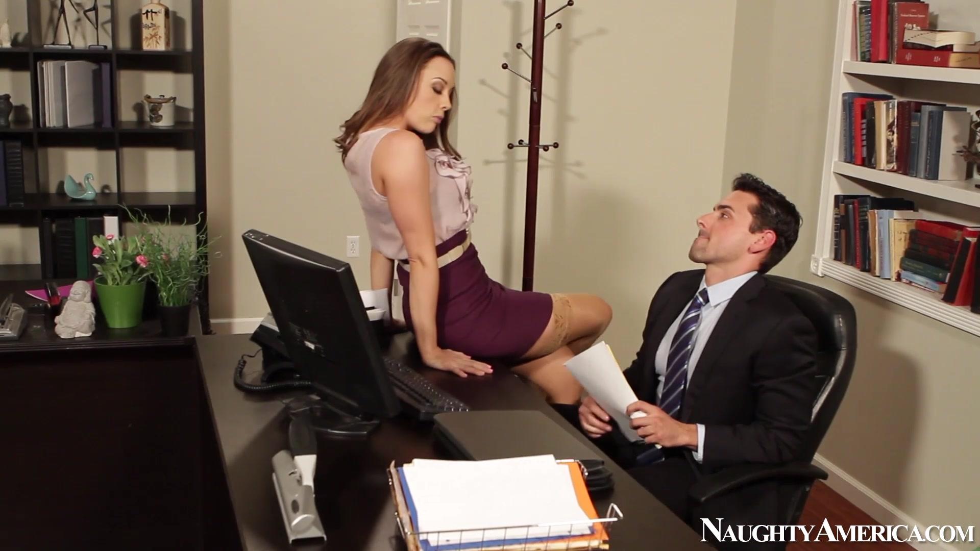 секретарша раздвинула ножки перед шефом фото