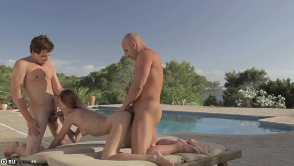 секс в троем возле пальмы