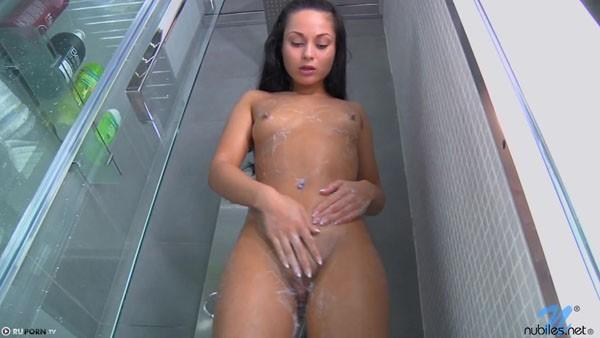 devushka-prinimaet-dush-erotika-10